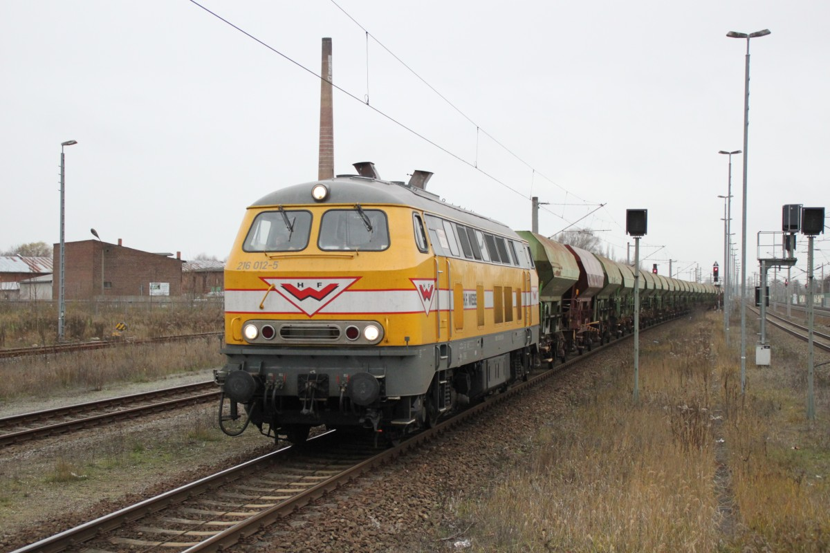 Wiebe 216 012 mit Schotterzug am 29.11.2013 in Rathenow