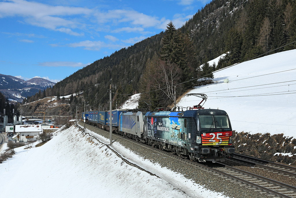 X4E 87 & 186 106 pass Wolf whilst working a Hamburg Port-Verona container train, 10 March 2016