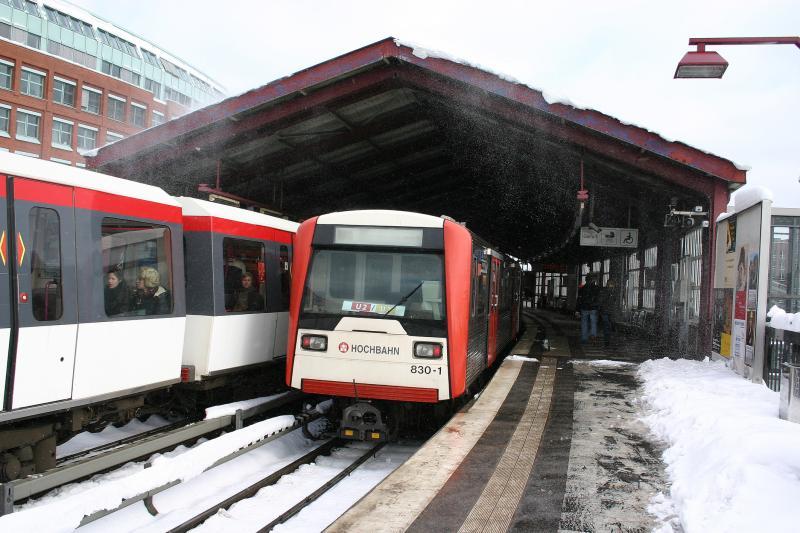 830 1 der hochbahn linie u3 am 11 in der station baumwall. Black Bedroom Furniture Sets. Home Design Ideas