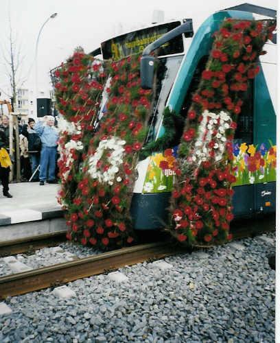 Am 07 April 2001 durchfährt Combino Tw 412 des