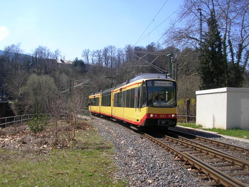 Bad Pforzheim avg zweisystemtriebwagen 891 nähert sich als s6 bad wildbad kurpark