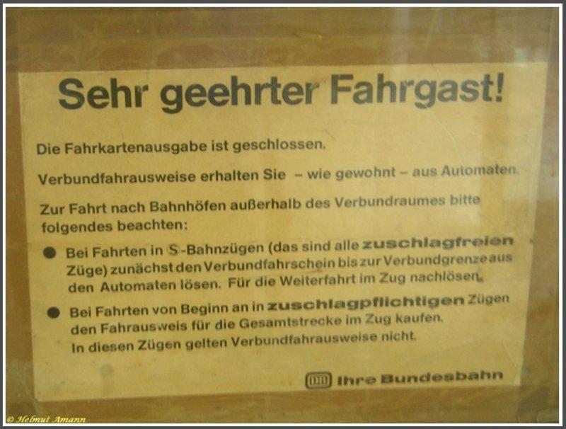 Fenster Griesheim das schild mit dem hinweis auf die schließung der fahrkartenausgabe