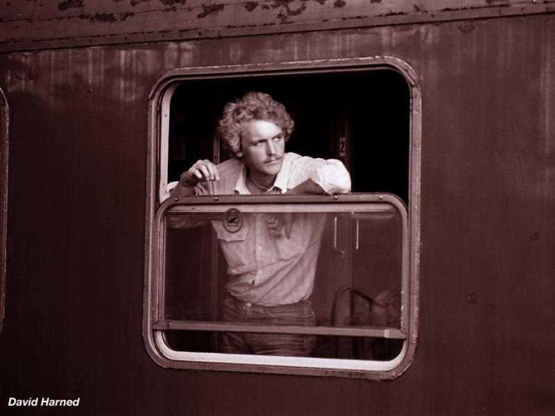 Dieser mann entspannt sich am fenster seines wagen und - Fenster lasst sich nicht mehr kippen ...