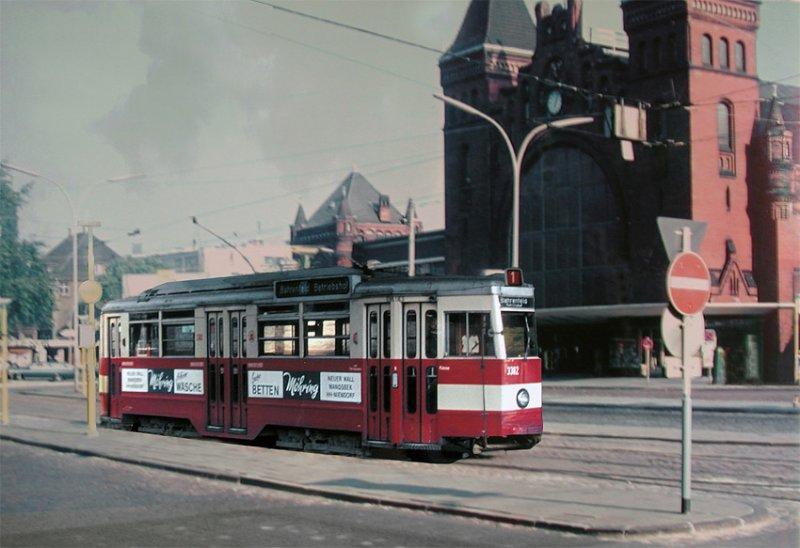 Ein Wagen Der Linie 1 Vor Dem Alten Bahnhof Hh Altona Zur