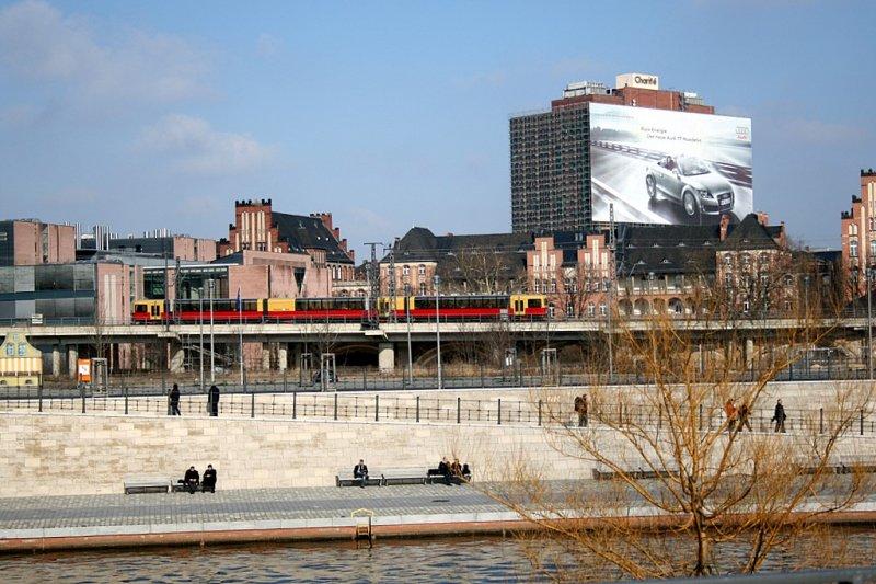 eine panorama s bahn zwischen berlin hauptbahnhof und. Black Bedroom Furniture Sets. Home Design Ideas
