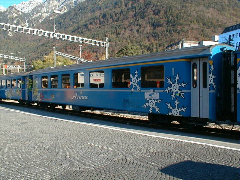 RhB,Arosa-Express Wagen 1.und 2.Kl am 1.11.00 in Chur/GR