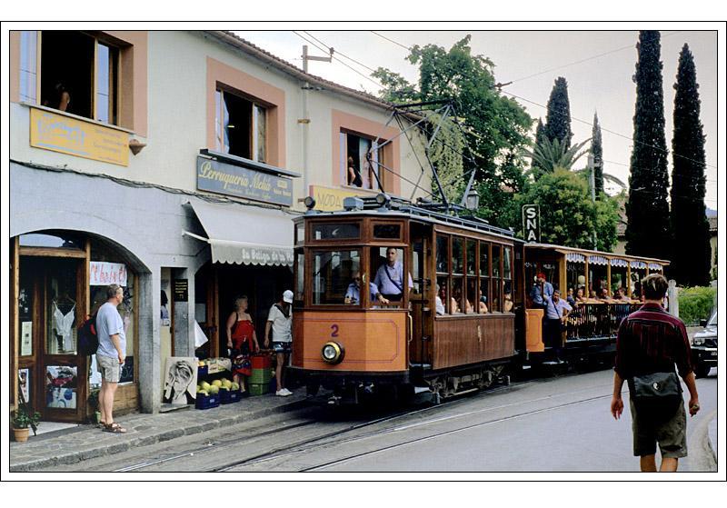 Sóller: Straßenszene mit Straßenbahn. Die Straßenbahn bildet die ...