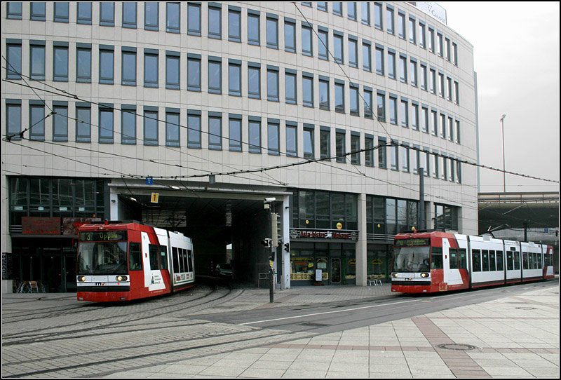 stra enbahnverkehr nahe der haltestelle berliner platz in ludwigshafen die bahn links kommt von. Black Bedroom Furniture Sets. Home Design Ideas