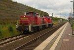 Kurz nach eine S11 kommen diese beiden Rangierloks durch Allerheiligen gen Köln gefahren. Gezogen wird der kleine Lokzug von der 294 812-3 und als Wagen ist die 294 703-4 angehangen. 30.6.2016