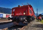 Für Fahrgäste, diese auf das Heizhausfest in Lienz wollen, fahren alle Züge extra nochmals von den Bahnsteigen herüber zum Heizhaus.  Hier zu sehen ist die 1020 018-6 mit dem SR 17072 (Spittal-Millstättersee - Lienz), nahe d ...