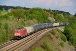 Auflieger und Container der Speditionen Bertschi und LKW Walter sind hauptsächlich das Ladegut des KT 41126 Budapest Sorok nach Neuss Gbf - am 25. April 2014 von 185 229 befördert. Aufgenommen beim Passieren der Stützmauer bei Laaber i ...