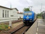 185 524-6 der ITL mit einem Kesselzug  umweltgefährdender Stoffe bei der Durchfahrt durch den Bahnhof Bernau bei Berlin am 01.