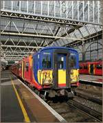 Der South West Trains 455 911 nach Woking steht in London Waterloo zur Abfahrt bereit.