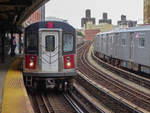 New York City / Bronx: Zug der Linie 5 nach Flatbush Av in der Station 174 St, 16.09.2019.