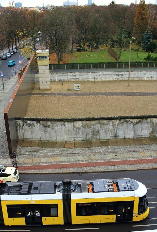 Von Einer Aussichtsplattform Der Gedenkstatte Berliner Mauer Bietet Sich Dieser Blick Auf Einen Teil Der Rekonstruierten Bahnbilder De